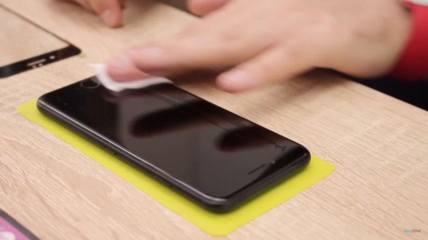 Протирайте дисплей iPhone влажной салфеткой